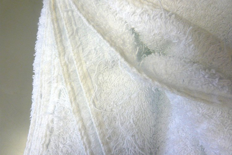 Image shows the pulled pile of a non EcoKnit® towel. Our unique EcoKnit™ construction prevents snagging of loops and traditional problems occurring. This advantage is a big money saver; you can now achieve a longer laundering life and reduce your amortisation costs.
